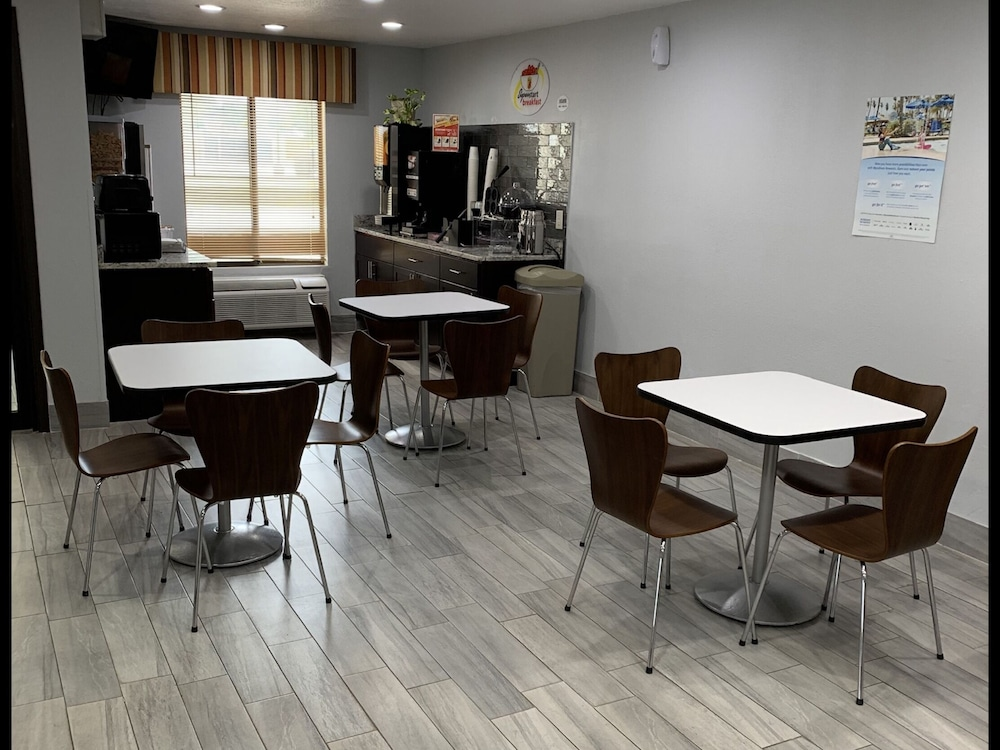 Breakfast Area, Super 8 by Wyndham Lincoln
