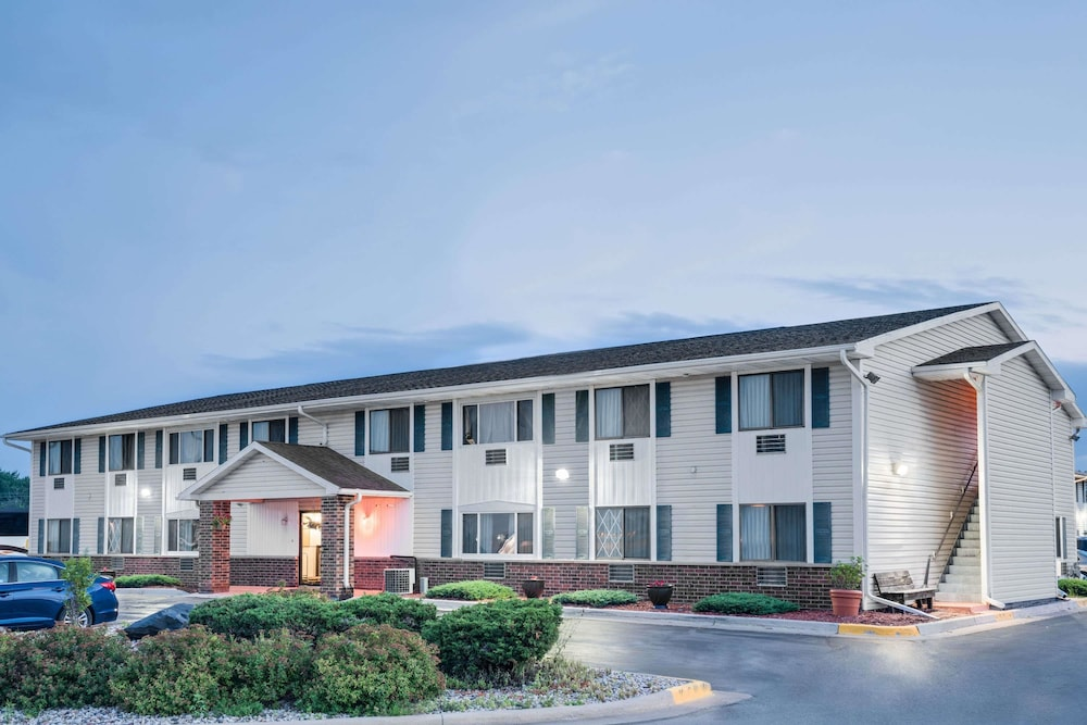 Super 8 by wyndham tomah wisconsin 2018 room prices deals exterior featured image solutioingenieria