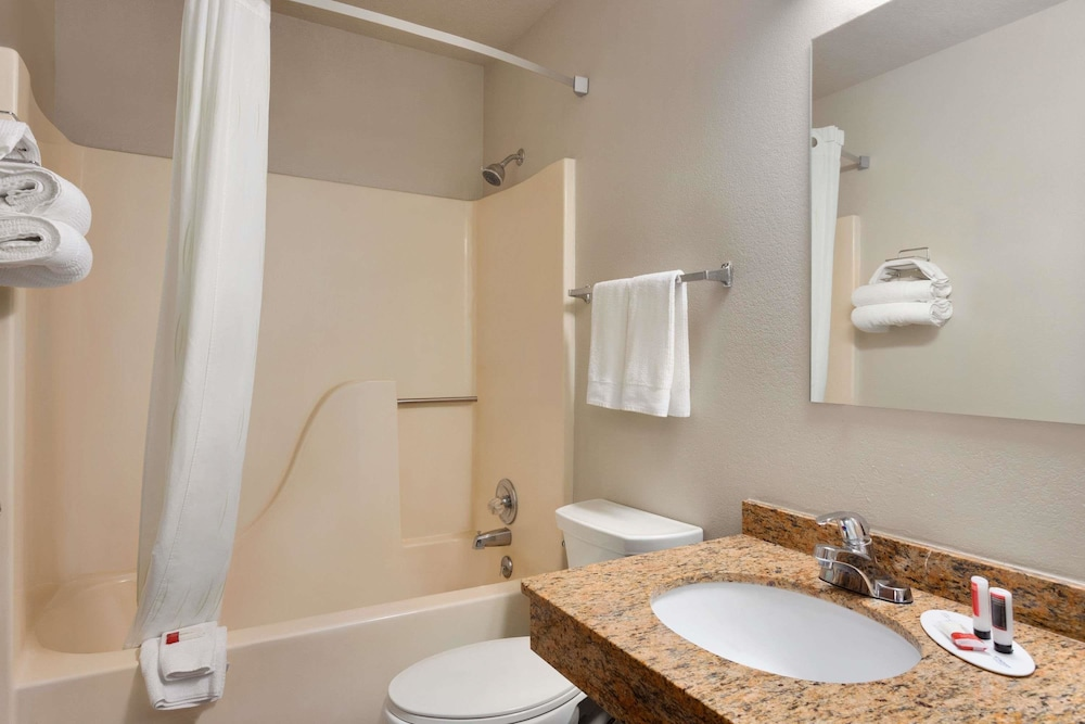 Bathroom, Travelodge by Wyndham Jefferson City