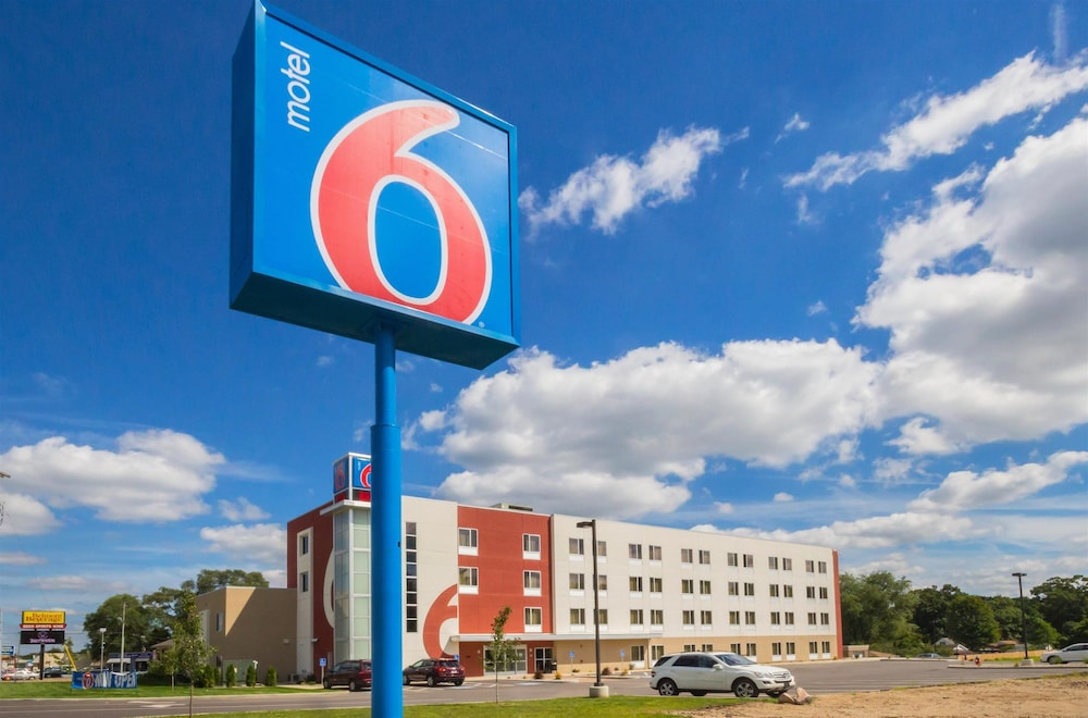 Front of Property, Motel 6 South Bend, IN - Mishawaka