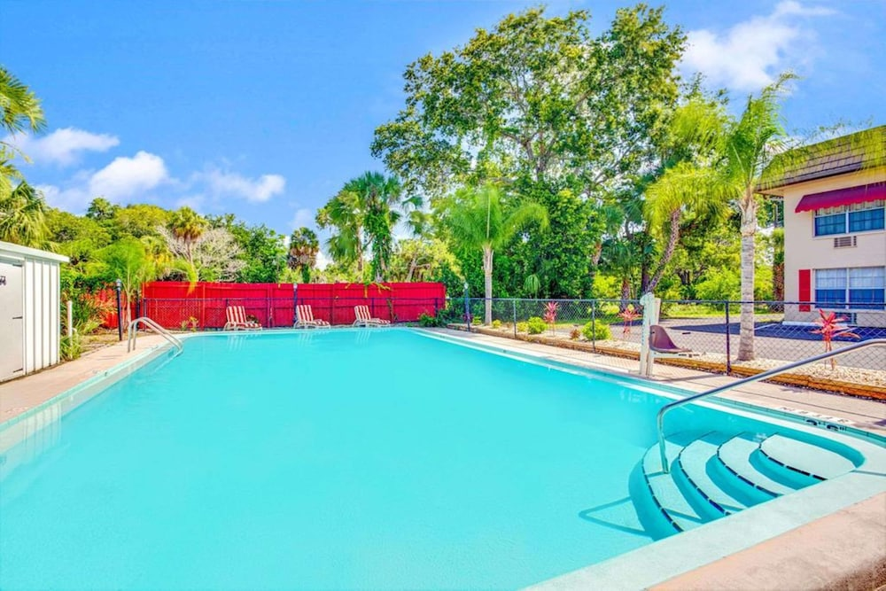 Pool, SureStay Hotel by Best Western Sarasota North