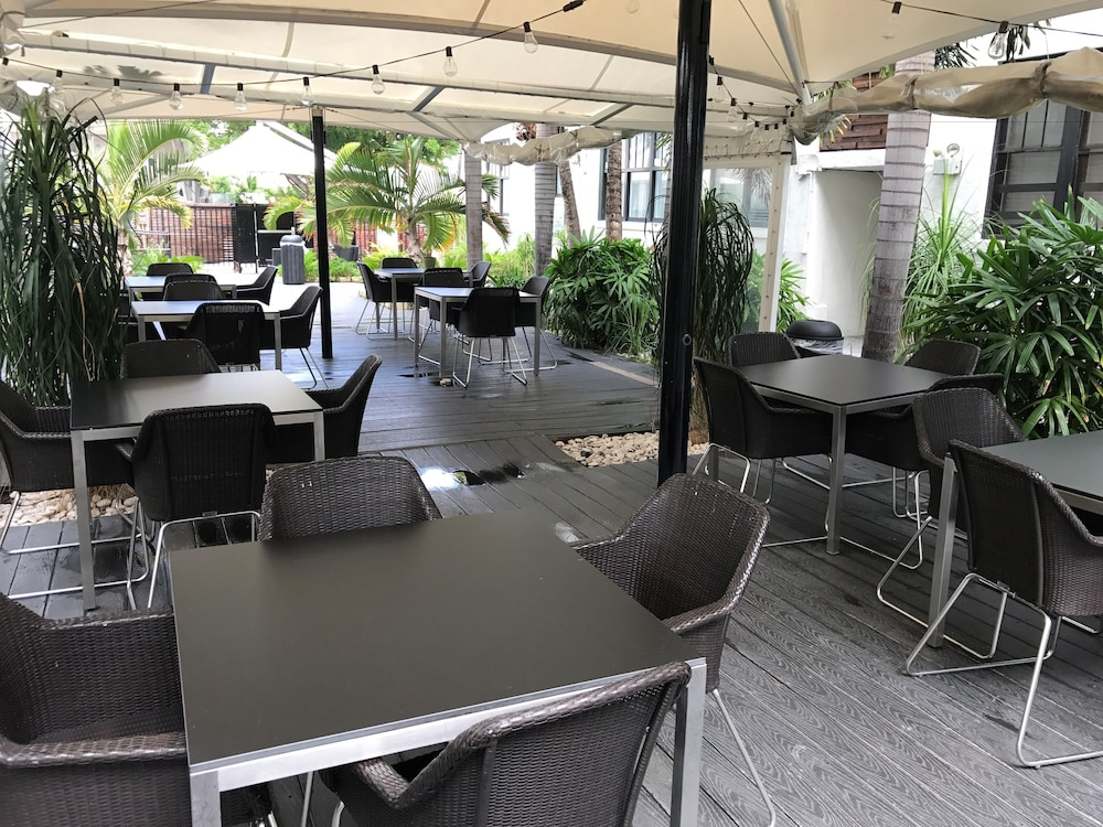 Outdoor Dining, South Beach Plaza Hotel