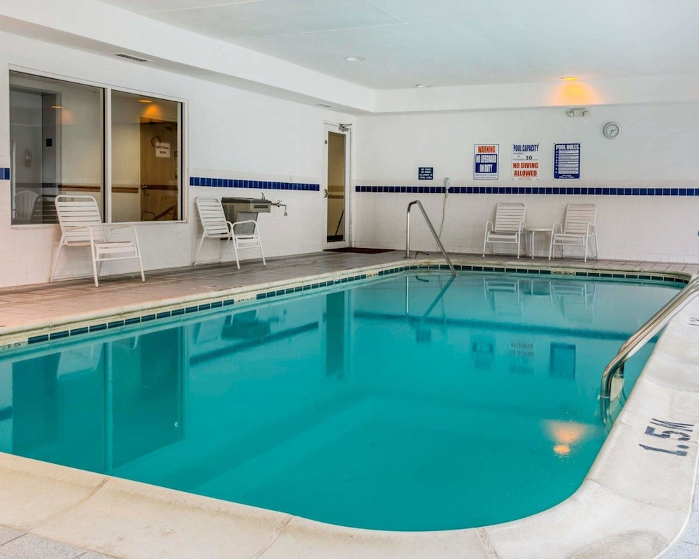 Pool, Quality Inn Kalamazoo