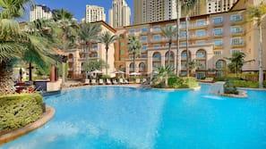 6 piscine all'aperto, cabanas (a pagamento), ombrelloni da piscina