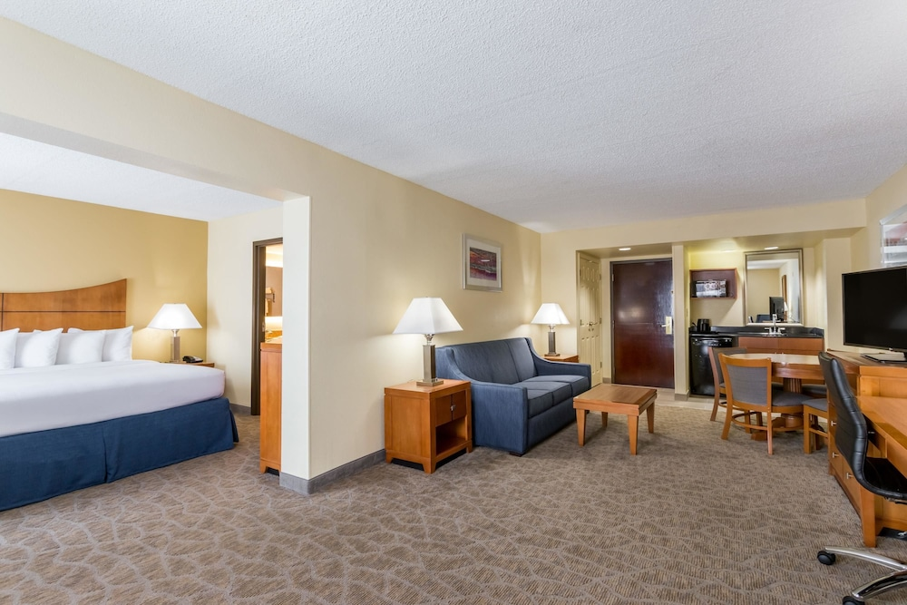 Living Area, Wingate by Wyndham Convention Ctr Closest Universal Orlando