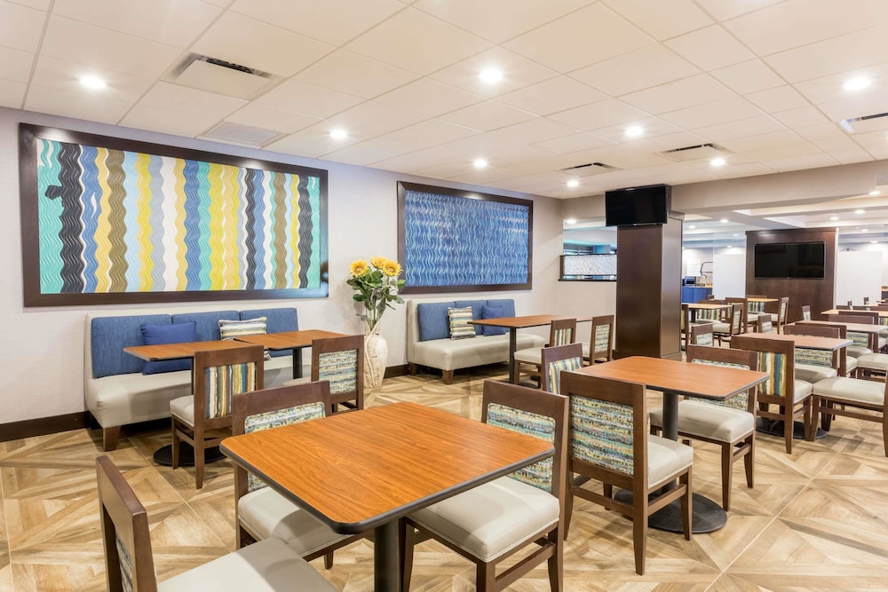 Breakfast Area, Wingate by Wyndham Convention Ctr Closest Universal Orlando