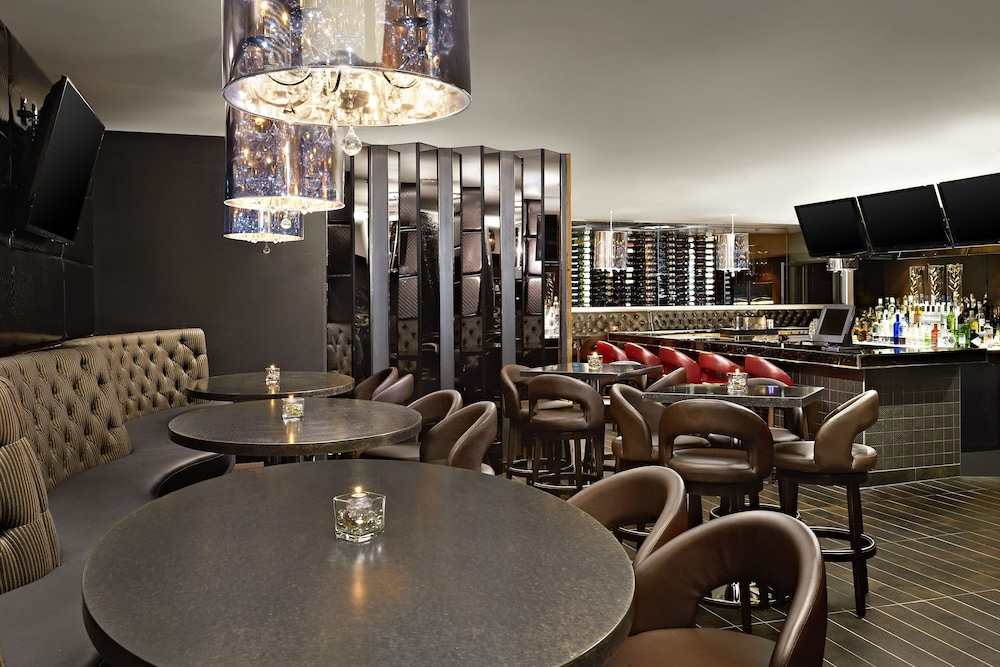 Bar, Four Points by Sheraton Hotel & Suites Calgary West