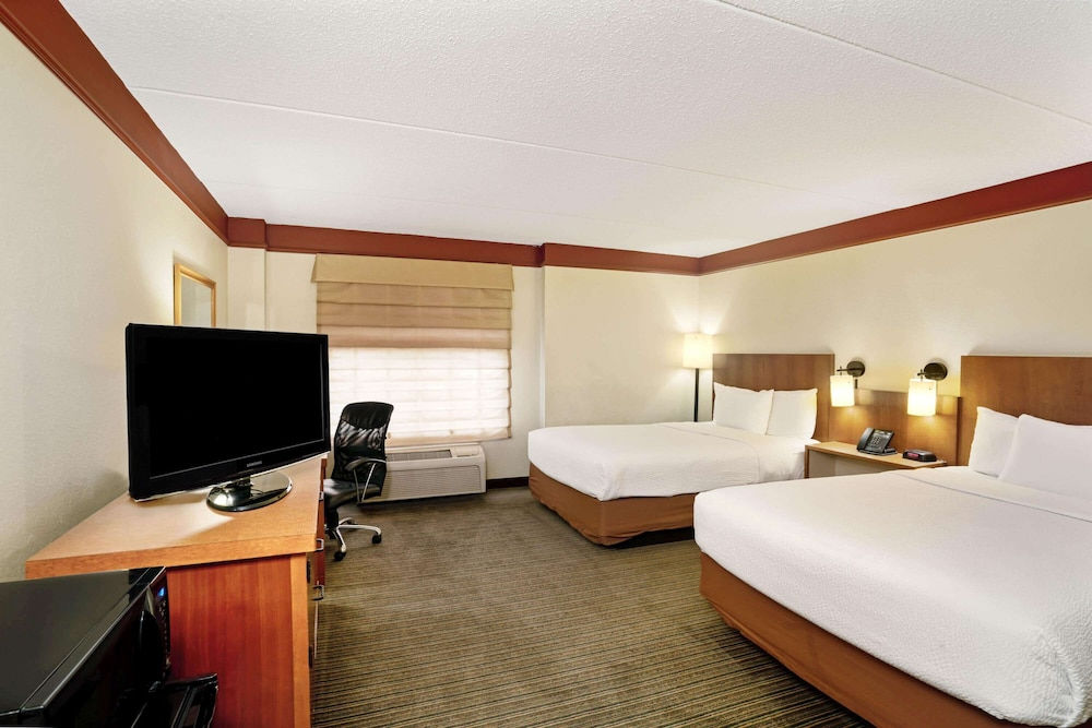 Room, La Quinta Inn & Suites by Wyndham Memphis Primacy Parkway