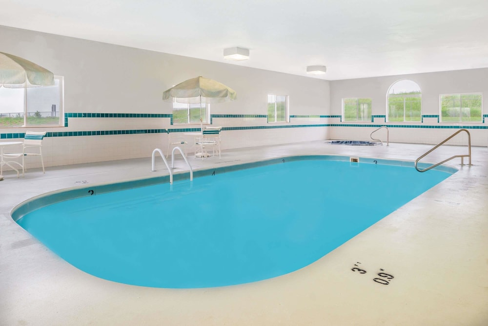 Pool, Super 8 by Wyndham Gretna