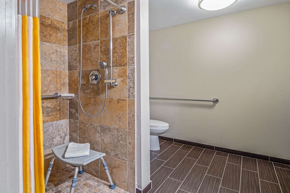 Bathroom, La Quinta Inn & Suites by Wyndham Bonita Springs Naples N.
