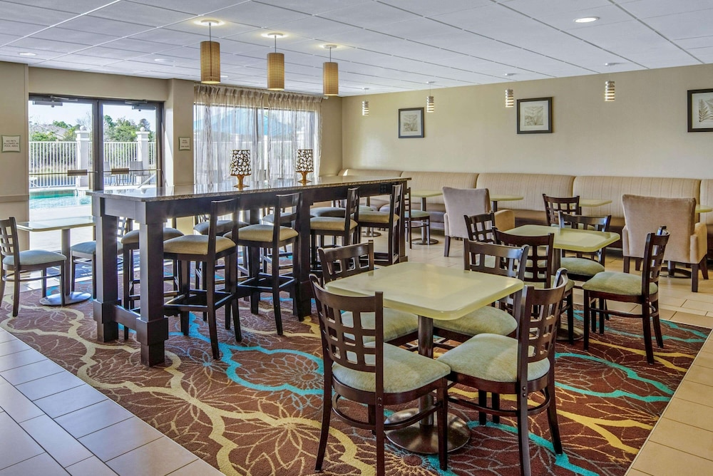 Dining, La Quinta Inn & Suites by Wyndham Bonita Springs Naples N.