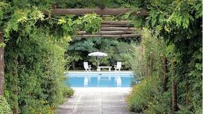 3 개의 야외 수영장, 수영장 파라솔, 일광욕 의자