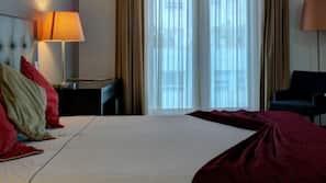 Cassaforte in camera, una scrivania, tende oscuranti, insonorizzazione