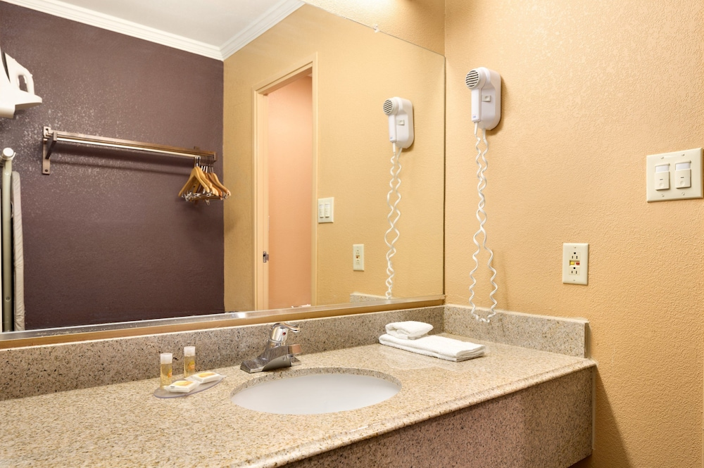 Bathroom, Days Inn by Wyndham Anderson IN