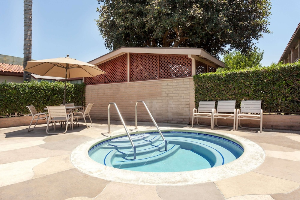 Pool, Travelodge by Wyndham Orange County Airport/ Costa Mesa