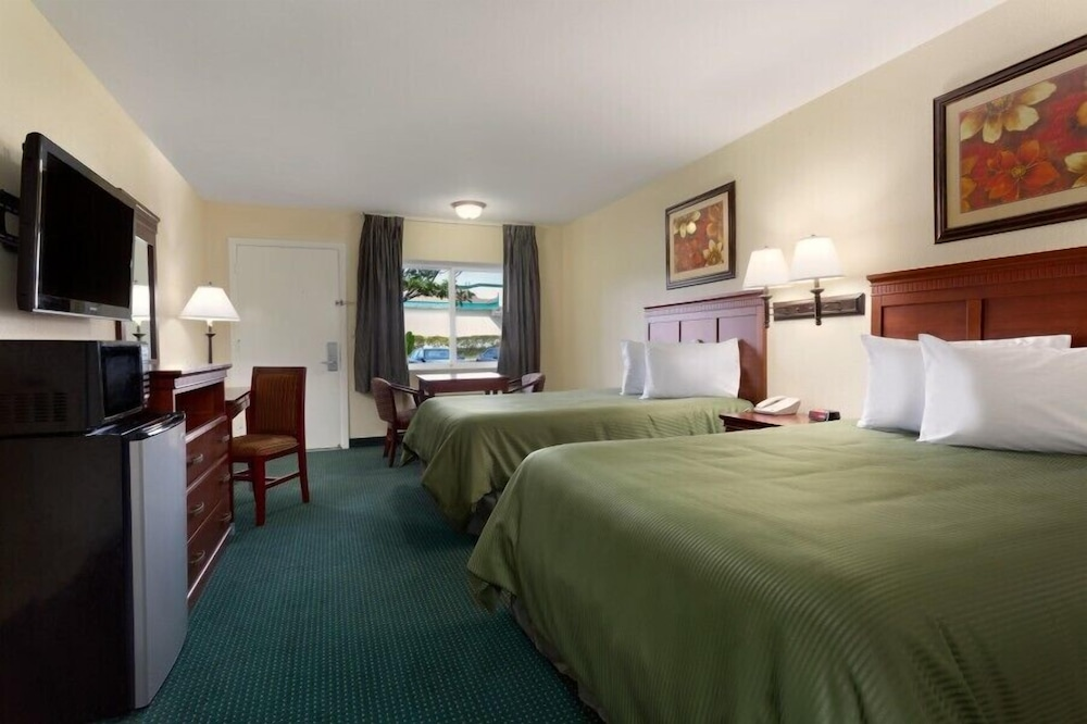 Room, Travelodge by Wyndham Orange County Airport/ Costa Mesa