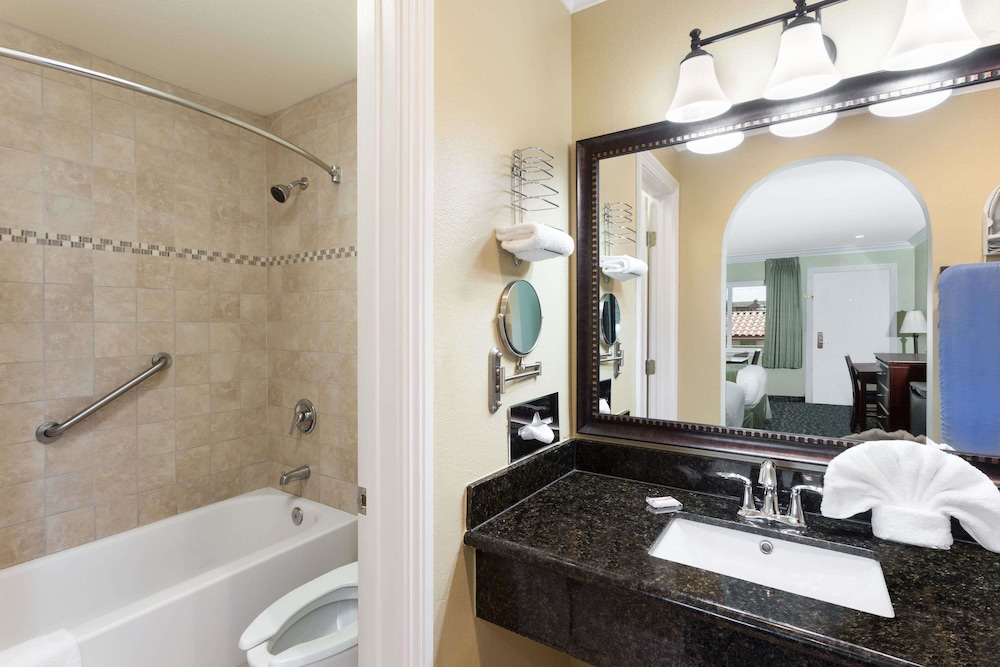 Bathroom, Travelodge by Wyndham Orange County Airport/ Costa Mesa
