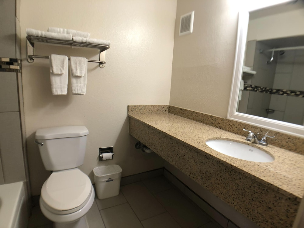 Bathroom, Days Inn by Wyndham Roswell