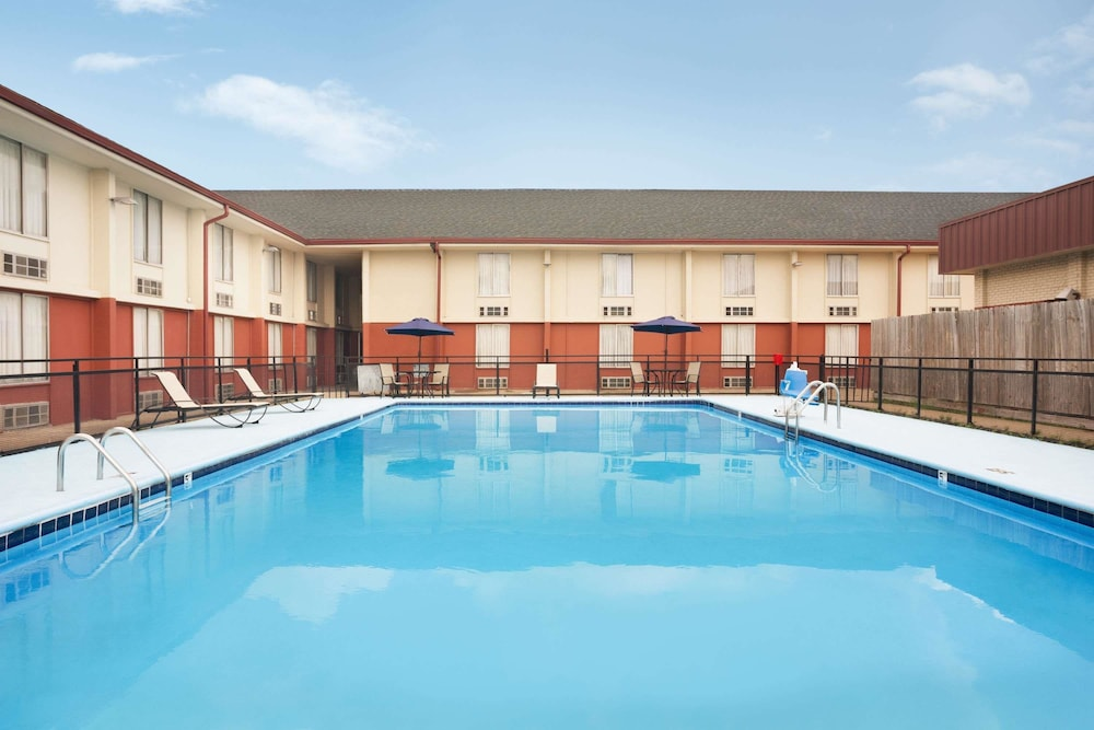 Pool, Baymont by Wyndham Little Rock