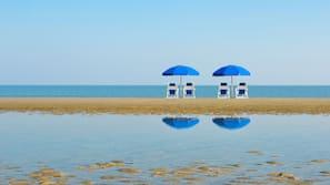Beach nearby, free beach shuttle, sun loungers, beach umbrellas