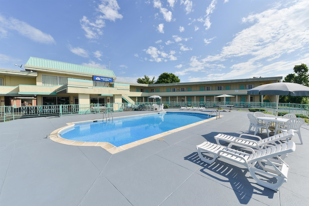 Pool, Americas Best Value Inn & Suites South Boston
