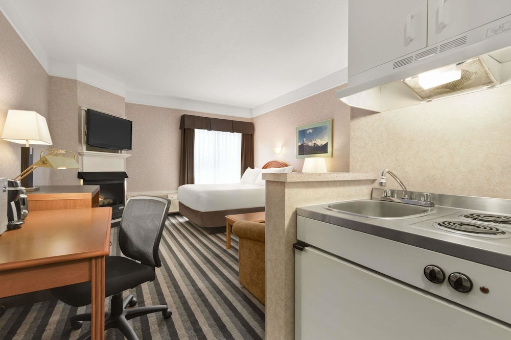Private Kitchenette, Days Inn by Wyndham Canmore