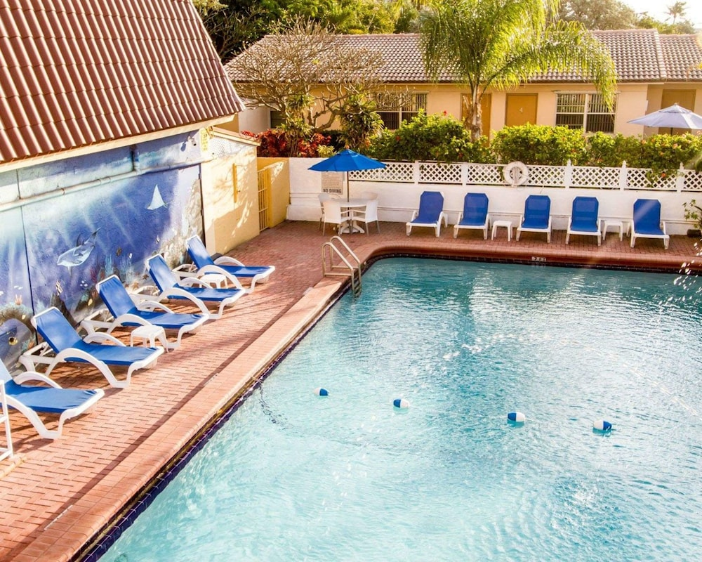 Pool, Comfort Inn Oceanside Deerfield Beach