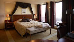 1 camera, una cassaforte in camera, una scrivania, ferro/asse da stiro