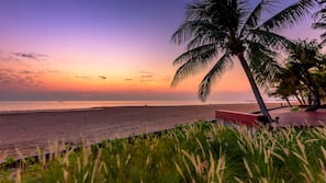 På stranden, strandhanddukar, massage på stranden och volleyboll