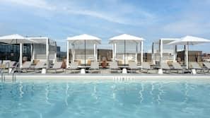 Una piscina al aire libre de temporada, cabañas de piscina (de pago)