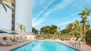 야외 수영장, 07:00 ~ 21:00 오픈, 수영장 파라솔, 일광욕 의자