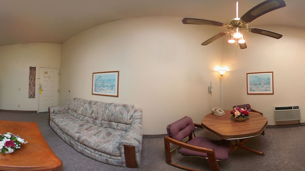 Living Room, Super 8 by Wyndham Costa Mesa/Newport Beach Area