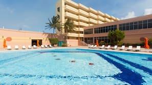 2 piscines extérieures, cabanons gratuits, chaises longues