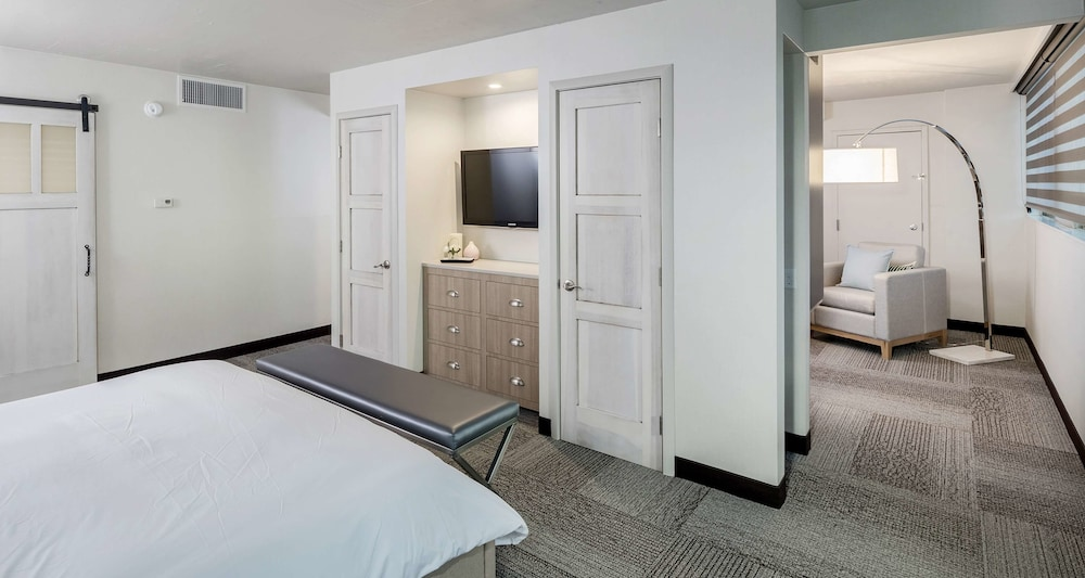 Room, The Rushmore Hotel & Suites, BW Premier Collection