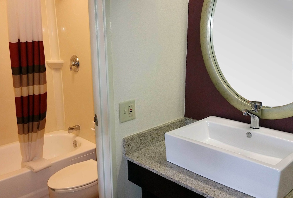 Bathroom, Red Roof Inn PLUS+ Chicago - Hoffman Estates