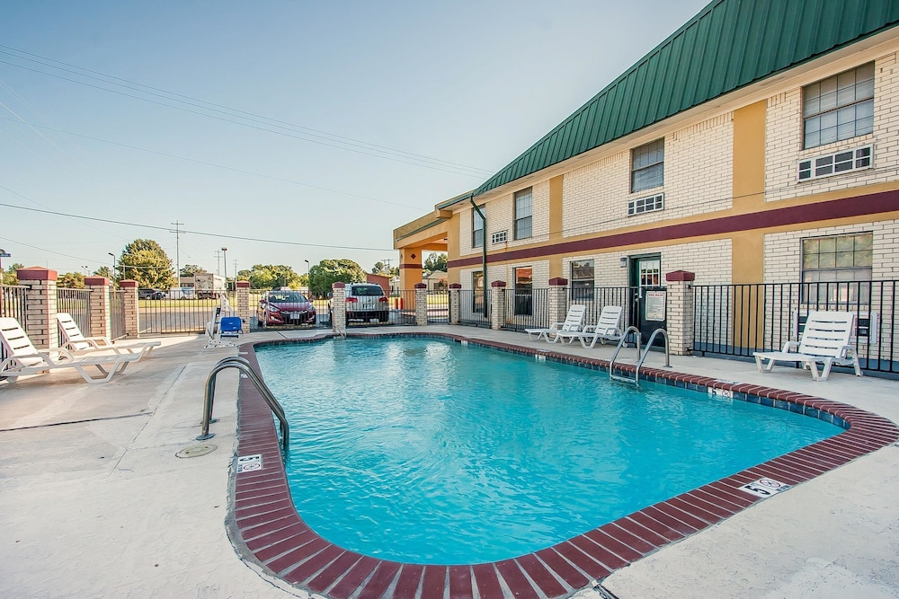 Pool, Econo Lodge Brownsville