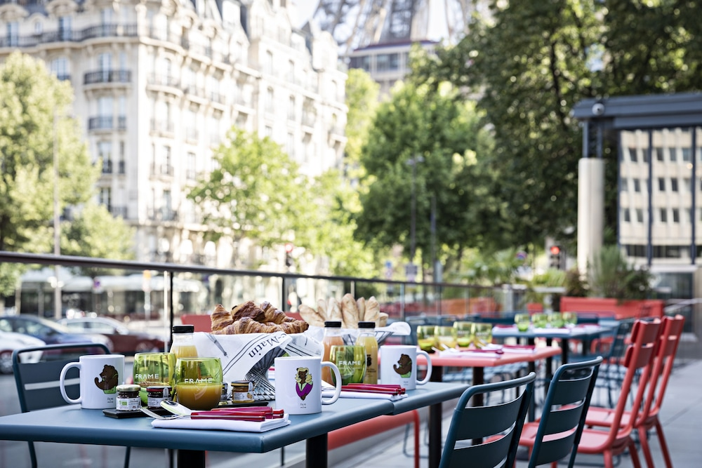 Outdoor Dining, Pullman Paris Tour Eiffel