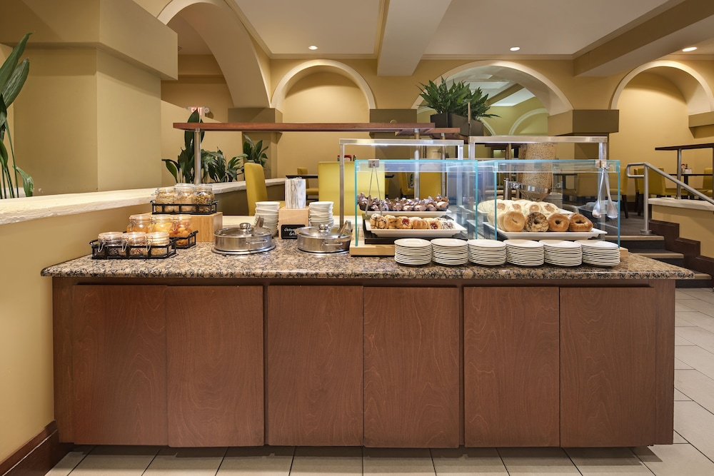 Breakfast buffet, Embassy Suites by Hilton - Dallas Park Central Area