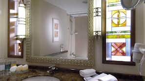 Ensemble douche/baignoire, articles de toilette gratuits, sèche-cheveux