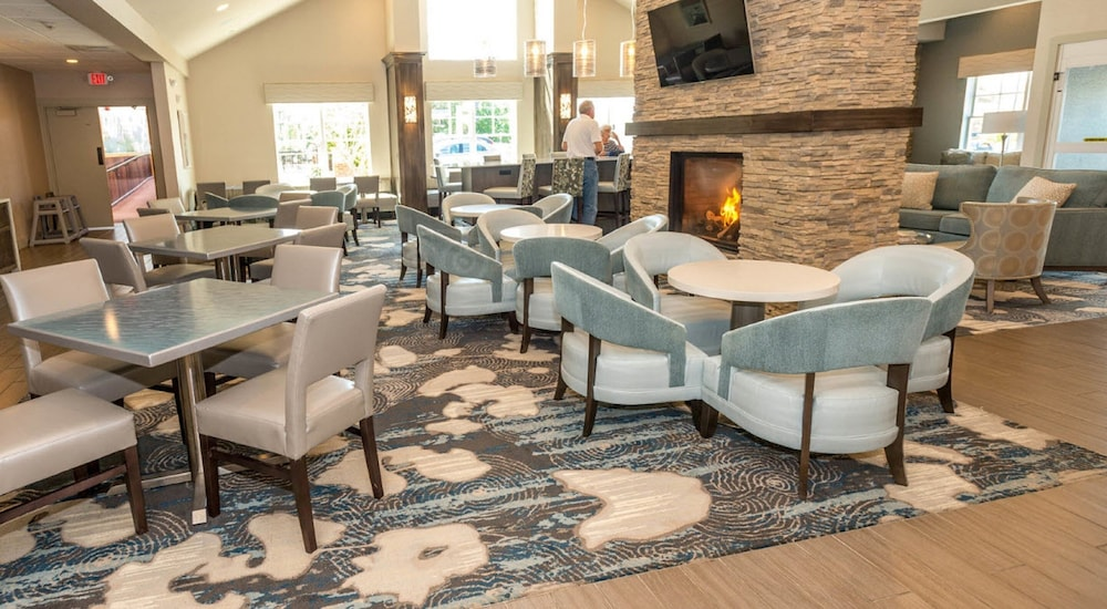 Lounge, Howard Johnson by Wyndham Middletown Newport Area
