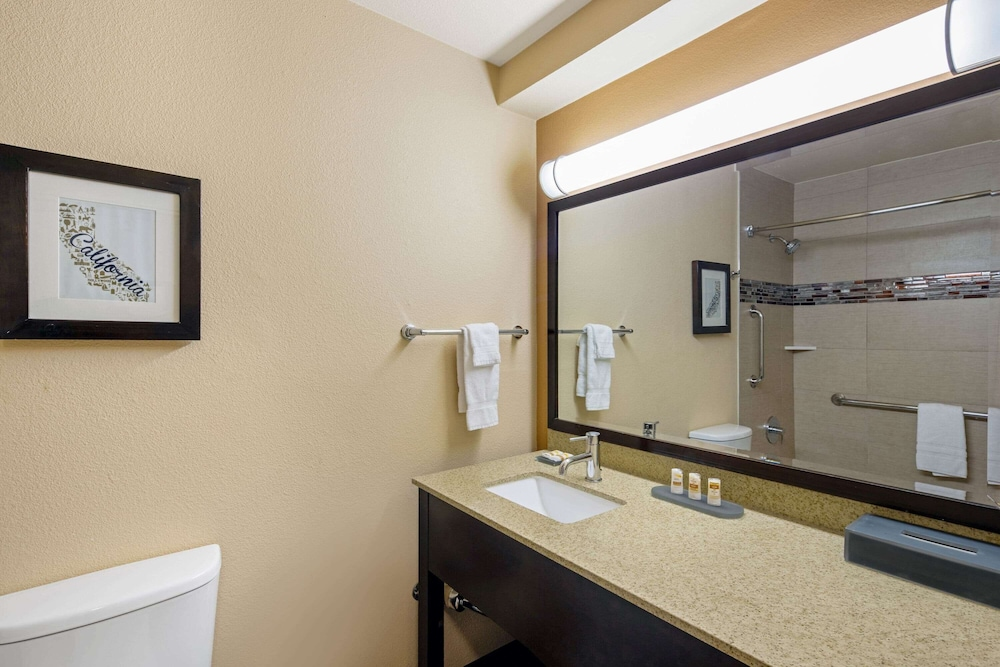 Bathroom, La Quinta Inn by Wyndham Berkeley