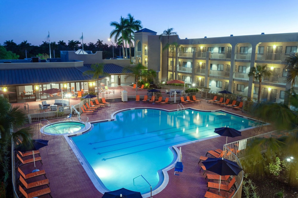Pool, La Quinta Inn & Suites by Wyndham Ft. Myers-Sanibel Gateway