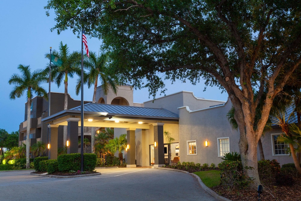 Exterior, La Quinta Inn & Suites by Wyndham Ft. Myers-Sanibel Gateway