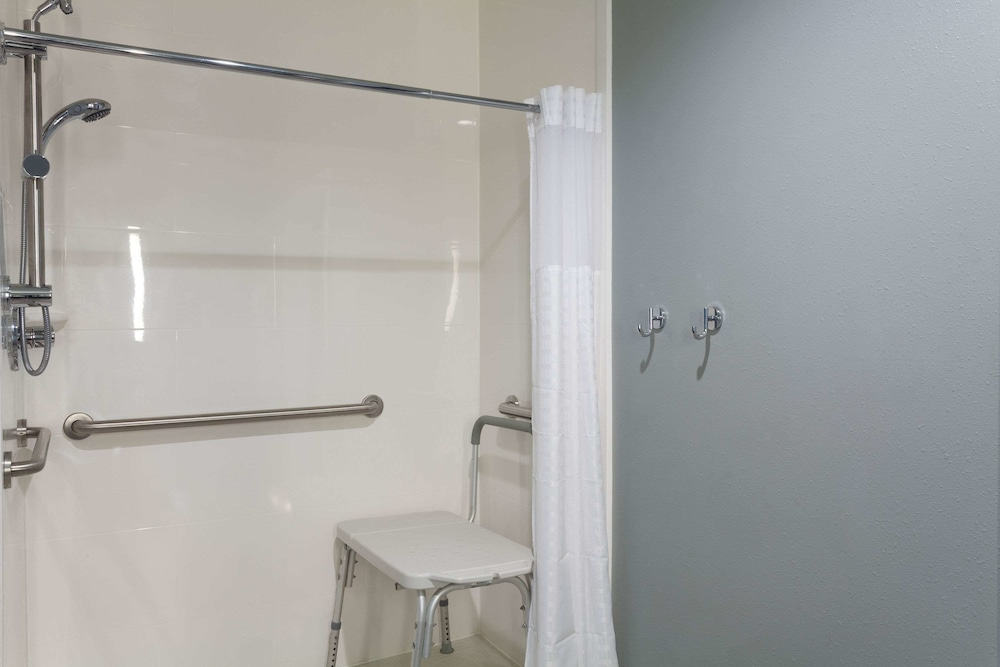Bathroom, La Quinta Inn & Suites by Wyndham Ft. Myers-Sanibel Gateway