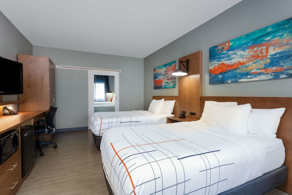 Room, La Quinta Inn & Suites by Wyndham Ft. Myers-Sanibel Gateway