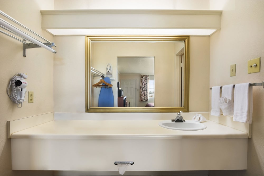 Bathroom, Howard Johnson by Wyndham Beaumont