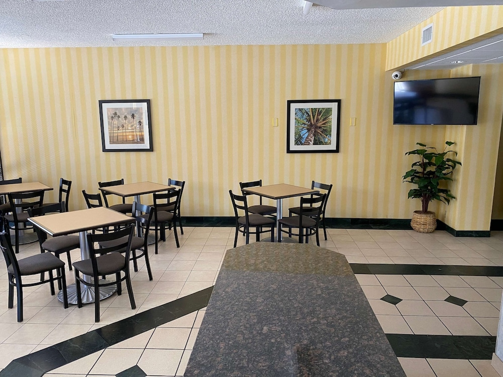 Breakfast Area, SureStay Hotel by Best Western Fort Pierce