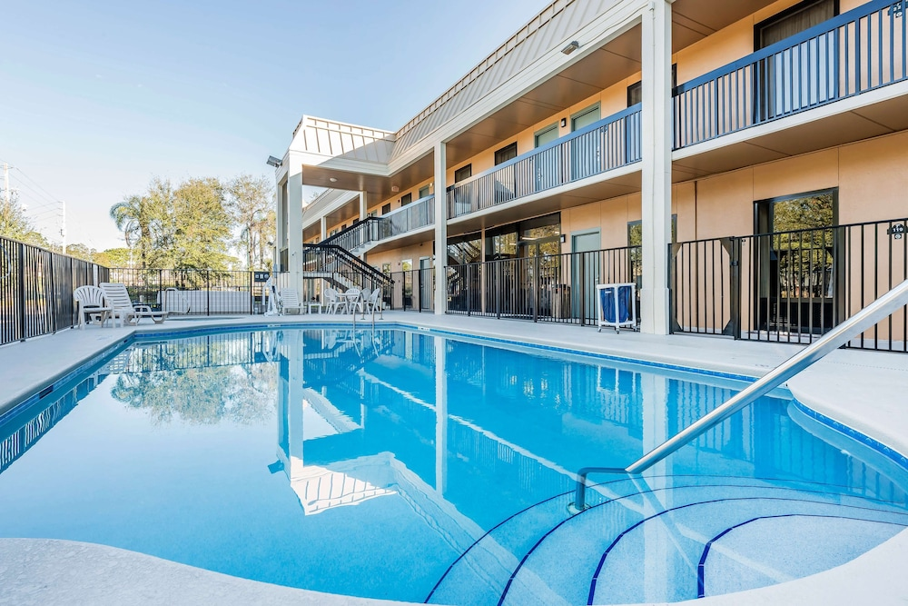 Outdoor Pool, SureStay Hotel by Best Western Fort Pierce