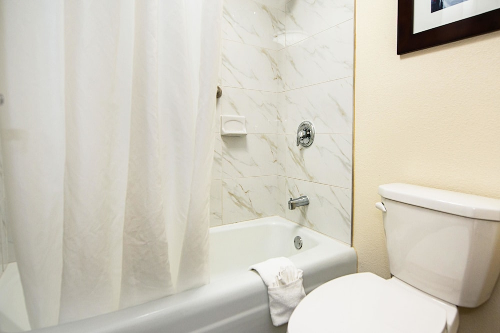 Bathroom, Clarion Inn & Suites New Hope-Lambertville