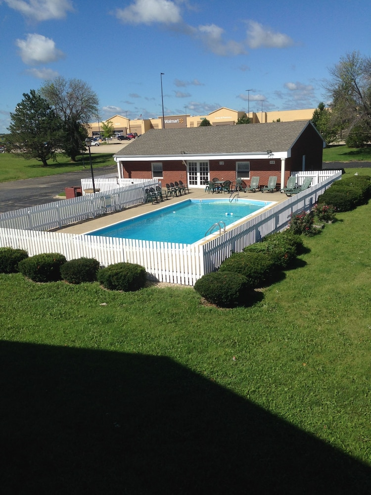 Outdoor Pool, First Heritage Inn Rantoul
